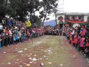 Hàng nghìn người đến xem, cổ vũ cho VĐV thi đấu các môn thể thao dân tộc