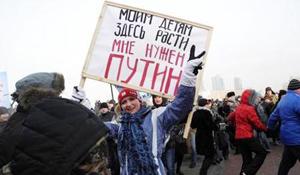 Người tuần hành giương biểu ngữ ủng hộ ứng cử viên V.Pu-tin.