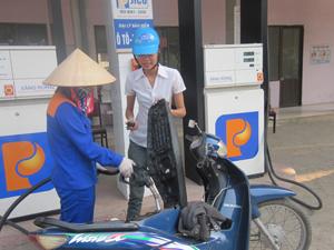 Người tiêu dùng trong tỉnh được đảm bảo quyền lợi từ việc kinh doanh xăng dầu đảm bảo chất lượng, bán theo giá niêm yết tại các cửa hàng thuộc Chi nhánh xăng dầu Hòa Bình.