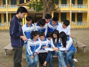Là cơ quan đồng thực hiện dự án, ngành GD &ĐT đã phát huy tốt các sinh hoạt của Đoàn TN, mô hình sinh hoạt nhóm, trang bị cho học sinh kiến thức về SKSS, SKSS vị thành niên.  Trong ảnh: Học sinh trường THPT Yên Thủy trao đổi về SKSS vị thành niên trong giờ ngoại khóa.