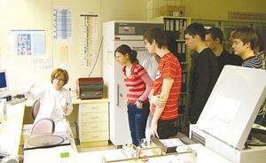 Sinh viên ngành y thuộc Viện Phân tích y khoa của Đức trong giờ kiến tập.