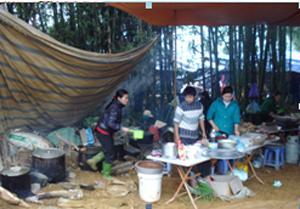 Một quán ăn dùng gáo nhựa múc nước dùng và dùng tay trực tiếp thái thức ăn tại Lễ hội Khai hạ Mường Bi năm 2012.