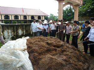 Nông dân xã Kim Bình (Kim Bôi) tập huấn mô hình xử lý rơm rạ thành phân hữu cơ.