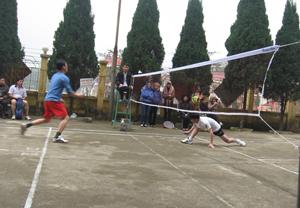 Thi đấu cầu lông tại giải Bóng bàn cầu lông CNVC – LĐ huyện Kỳ Sơn năm 2012.