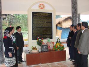 Lãnh đạo huyện, ngành và đại diện nhân dân xã Hiền Lương (Đà Bắc) cùng ôn lại truyền thống cách mạng tại nhà bia lưu niệm ở xóm Rồng (Hiền Lương).