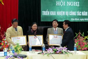 Lãnh đạo Sở LĐ – TB & XH trao bằng khen của Trung ương Hội Bảo trợ NTT & TMC cho 1 tập thể và 3 cá nhân có thành tích xuất sắc.
