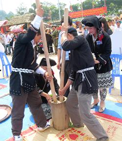 Người Dao Đà Bắc thi giã bánh dày tại Liên hoan văn hóa dân gian toàn quốc năm 2011.