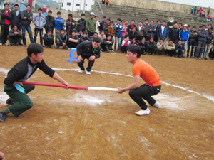 VĐV Bùi Văn Núi (áo màu cam) thi đấu quyết liệt giành giải nhất đẩy gậy nam hạng cân trên 74 kg.