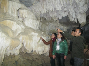 Du khách thập phương tham quan khu du lịch danh thắng văn hóa- lịch sử Chùa Tiên, xã Phú Lão (Lạc Thủy).