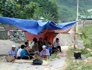 Quá bức xúc trước tình trạng xả thải chất độc hại chưa qua xử lý ra môi trường, người dân đã lập barie, dựng lều không cho Nhà máy chế biến quặng của Công ty THT hoạt động.