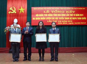 Đồng chí Bùi Văn Cửu, Phó Chủ tịch TT UBND tỉnh tặng bằng khen cho 3 tập thể có nhiều thành tích, đóng góp đáng kể vào thành công của HKPĐ tỉnh lần thứ VI năm 2011.