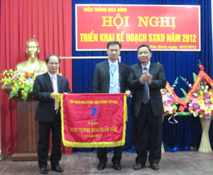 Lãnh đạo Tập đoàn Bưu chính Viễn thông Việt Nam trao cờ thi đua xuất sắc Viễn thông Hòa Bình.