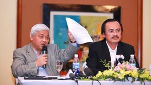 Bầu Kiên (trái) và bầu Thắng trong buổi trao đổi với báo giới tại khách sạn Hilton.
