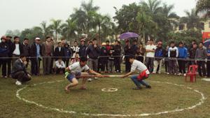Giải kéo co- bắn nỏ- đẩy gậy năm 2012 huyện Yên Thủy thu hút được sự cổ vũ của đông đảo cổ động viên.
