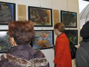 Người xem tranh tại triển lãm.