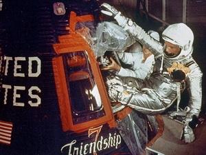 Phi hành gia John Glen vào tàu không gian Friendship 7 chuẩn bị cho chuyến bay quanh Trái Đất ngày 20/2/1962. (Nguồn: NASA)