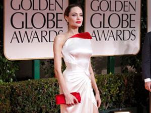 Angelina Jolie với chiếc váy hiệu Versace tại giải Quả cầu vàng.