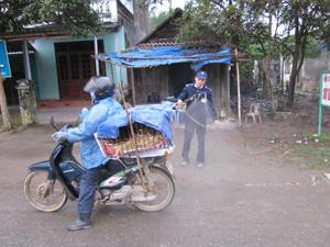 Tiến hành phun khử trùng phương tiện và gia cầm vận chuyển qua chốt kiểm dịch Yên Mông (thành phố Hòa Bình).
