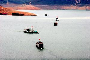 Tàu chở khách thăm quan các điểm du lịch vùng hồ Hòa Bình.