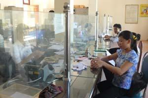 Khách hàng đến giao dịch tại phòng giao dịch Ngân hàng CSXH huyện Lương Sơn.