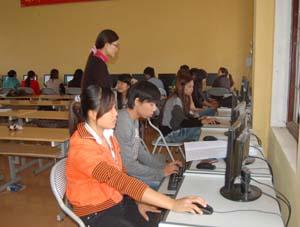 Theo định hướng của tỉnh phấn đấu đến năm 2015, 100% học sinh các trường THCN và dạy nghề được đào tạo kiến thức, kỹ năng ứng dụng CNTT. Trong ảnh: Giờ học tin học của lớp cao đẳng quản trị mạng trường Cao đẳng nghề Hòa Bình.
