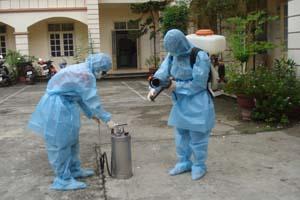 Cán bộ Trung tâm YTDP tỉnh chuẩn bị hóa chất, thiết bị phục vụ phòng chống bệnh tay-chân-miệng.