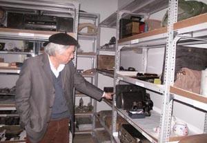 TS. Nguyễn Văn Huy bên những kỷ vật của nhóm các nhà khoa học đi tu nghiệp tại Liên Xô năm 1951.