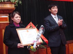 Đồng chí Nguyễn Văn Dũng, Phó chủ tịch UBND tỉnh trao bằng của UBND tỉnh cho nhóm  tác giả đoạt giải nhất Hội thi lần thứ III năm 2010-2011.