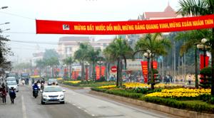 Đường phố Hòa Bình trang hoàng cờ, hoa, biểu ngữ chào mừng kỷ niệm 82 năm thành lập Đảng Cộng sản Việt Nam