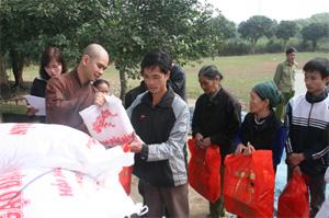 Đại diện Ban trị sự giáo hội Phật giáo Việt Nam tỉnh Hòa Bình tặng quà cho người nghèo xã Thanh Nông (Lạc Thủy).