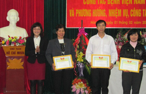 Lãnh đạo Sở Y tế trao giấy khen cho các tập thể có thành tích xuất sắc trong công tác công đoàn của bệnh viện.