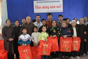Đại diện Ban trị sự Hội Phật giáo tỉnh và các nhà hảo tâm tặng quà tại Trung tâm Bảo trợ xã hội tỉnh.