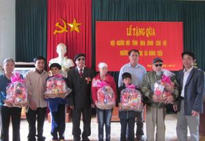 Hội người mù tỉnh tặng quà hội viên khiếm thị huyện Kim Bôi.