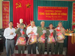 Đại diện Công ty CP đầu tư Anh Kỳ trao quà cho các hộ gia đình chính sách phường Đồng Tiến.