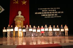 Đồng chí Bùi Văn Cửu, Phó Chủ tịch TT UBND tỉnh trao Bằng khen của UBND tỉnh cho các gia đình văn hóa tiêu biểu xuất sắc giai đoạn 2007- 2012.