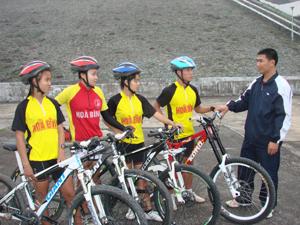 HLV Trần Đại Nghĩa trao đổi chuyên môn, chiến thuật với một số VĐV đội tuyển xe đạp địa hình của tỉnh