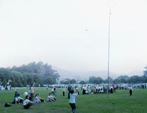 Trò chơi dân gian ném còn thu hút được đông đảo người dân Mường vang tham gia tại lễ hội đầu xuân.