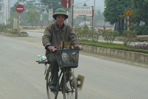 Mỗi ngày, ông Vinh đạp xe khoảng 40 km khắp thành phố để thu mua phế liệu.