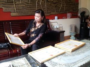 Chị Nguyễn Thị Hạnh và những phần thưởng cao quý ghi nhận nỗ lực, những đóng góp của chị cho cộng đồng.