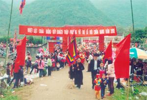Hàng năm, lễ hội chùa Hang luôn thu hút hàng ngàn du khách thập phương đến vui hội.