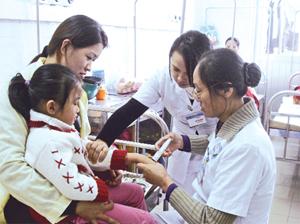 Bác sĩ, điều dưỡng Bệnh viện Đa khoa khu vực Mai Châu đảm bảo chế độ trực 24/24 giờ để CSSK cho nhân dân trong dịp lễ, Tết.