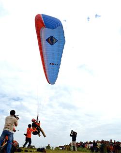 Điểm xuất phát dù lượn tại đỉnh Bái Nhạ, xã Ngọc Sơn (Lạc Sơn).