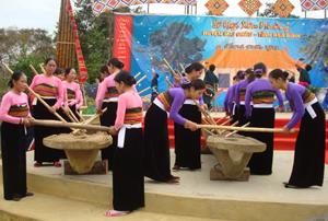 Keeng loóng là màn biểu diễn không thể thiếu trong lễ hội Xên Mường huyện Mai Châu.