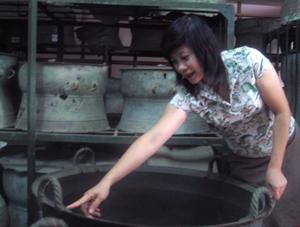 Giám đốc Nguyễn Thị Thi say sưa giới thiệu về những hiện vật cổ quý giá đang được lưu giữ trong Bảo tàng tỉnh.