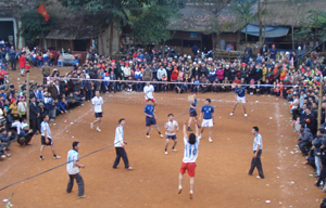 Các xóm của xã Xuân Phong (Cao Phong) thi đấu giao lưu bóng chuyền tại lễ hội.