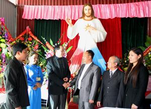 Đại diện các ban, ngành, đoàn thể đến thăm hỏi, chúc mừng Giáo xứ Hòa Bình dịp lễ Giáng sinh đón chào năm mới 2013.