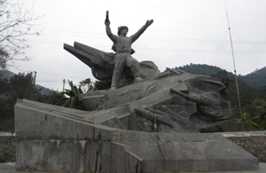 Tượng đài Anh hùng Cù Chính Lan được xây dựng năm 2009 tại xóm Giang Mỗ, xã Bình Thanh, huyện Cao Phong.