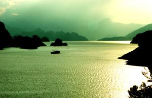 Phong cảnh trên hồ Hòa Bình luôn hấp dẫn du khách.