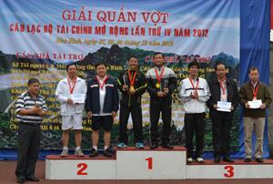 Các VĐV đoạt giải nhận huy chương và phần thưởng tại giải quần vợt CLB tài chính mở rộng lần thứ IV năm 2012.