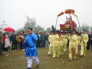 Màn rước Thánh Tản trong lễ hội khai hạ Mường Bi.